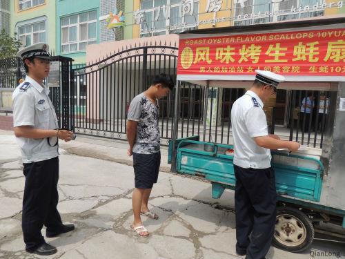 朝阳将台执法队清理幼儿园周边无照商贩