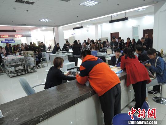 4月17日的郑州社会保险办事大厅,服务窗口已整改,玻璃围挡撤掉,呈三面开放式。 韩章云 摄