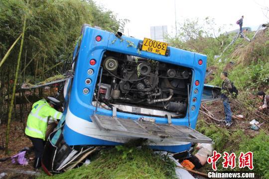 图为:救援人员在现场救援。 吴涛 摄