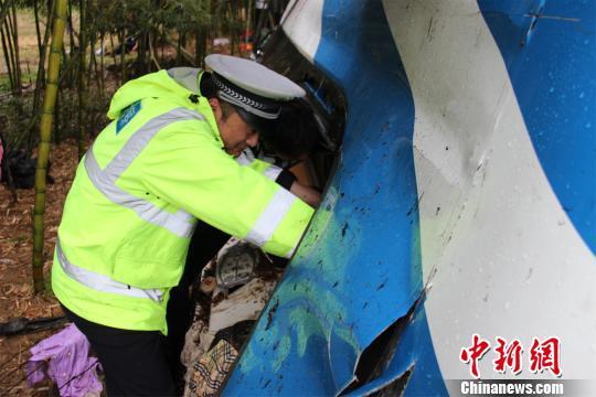 图为:民警在现场搜救被困者。 吴涛 摄