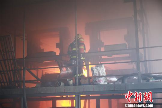 消防官兵正在现场救援。 兰云海 摄