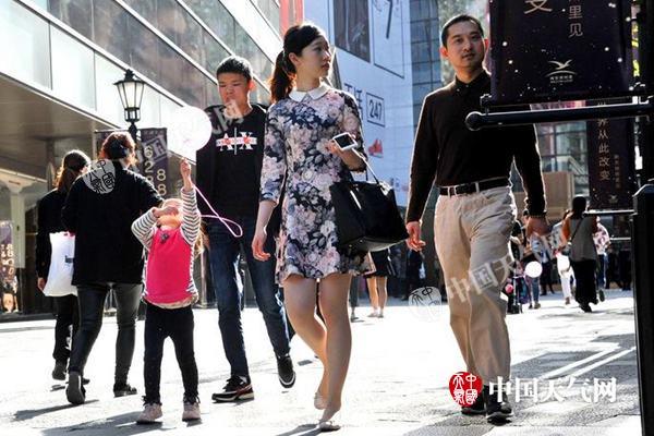 近日,上海晴热,市民穿短裙。(来源:视觉中国 版权所有 请勿转载)