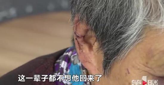 据查,刘某今年52岁,因好吃懒做,不肯出去挣钱,又长期酗酒,妻女对其十分反感,便外出打工不愿回家。刘某认为自己被妻女嫌弃、生活窘迫的现状都是父母造成的,不但不思悔改,还变本加厉地酗酒,醉后经常去隔壁父母家发酒疯,对73岁的老母亲谭某大打出手。谭某碍于家庭颜面,多次都默默忍了下来。