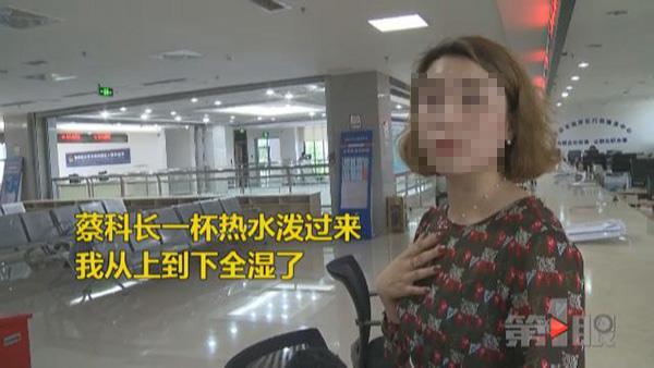 李女士接受当地电视台采访,讲述事情经过。 重庆电视台 图